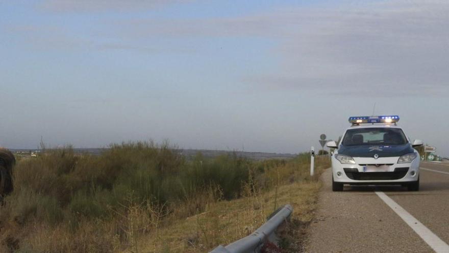 Un coche de la Guardia Civil en una carretera de la provincia de Zamora.