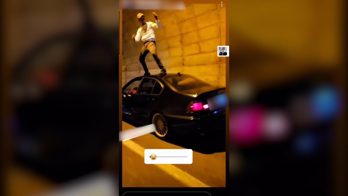 Un conducto baila en el techo de su coche en marcha