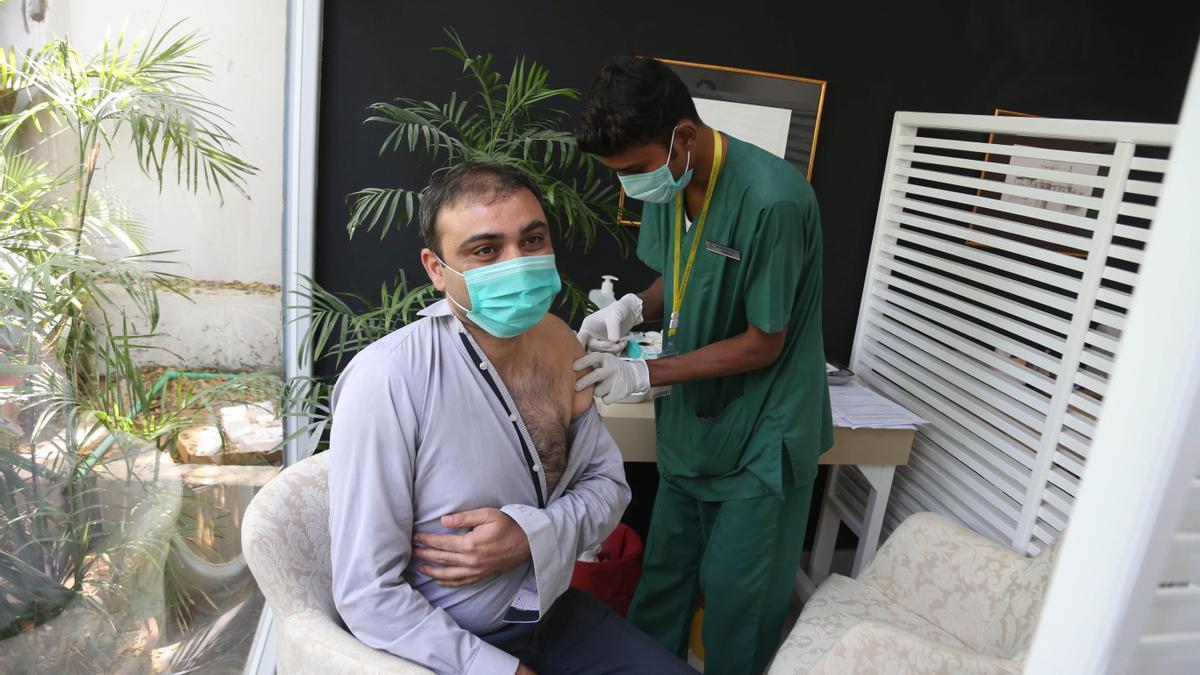 Un ciudadano de Pakistán recibe una dosis de la vacuna rusa