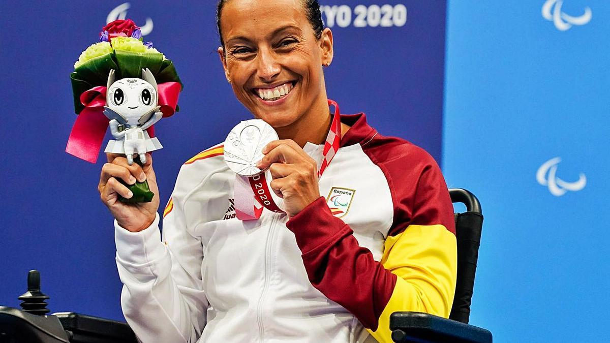Teresa Perales enseña su medalla de plata en los Juegos Paralímpicos de Tokio.    // EUROPA PRESS