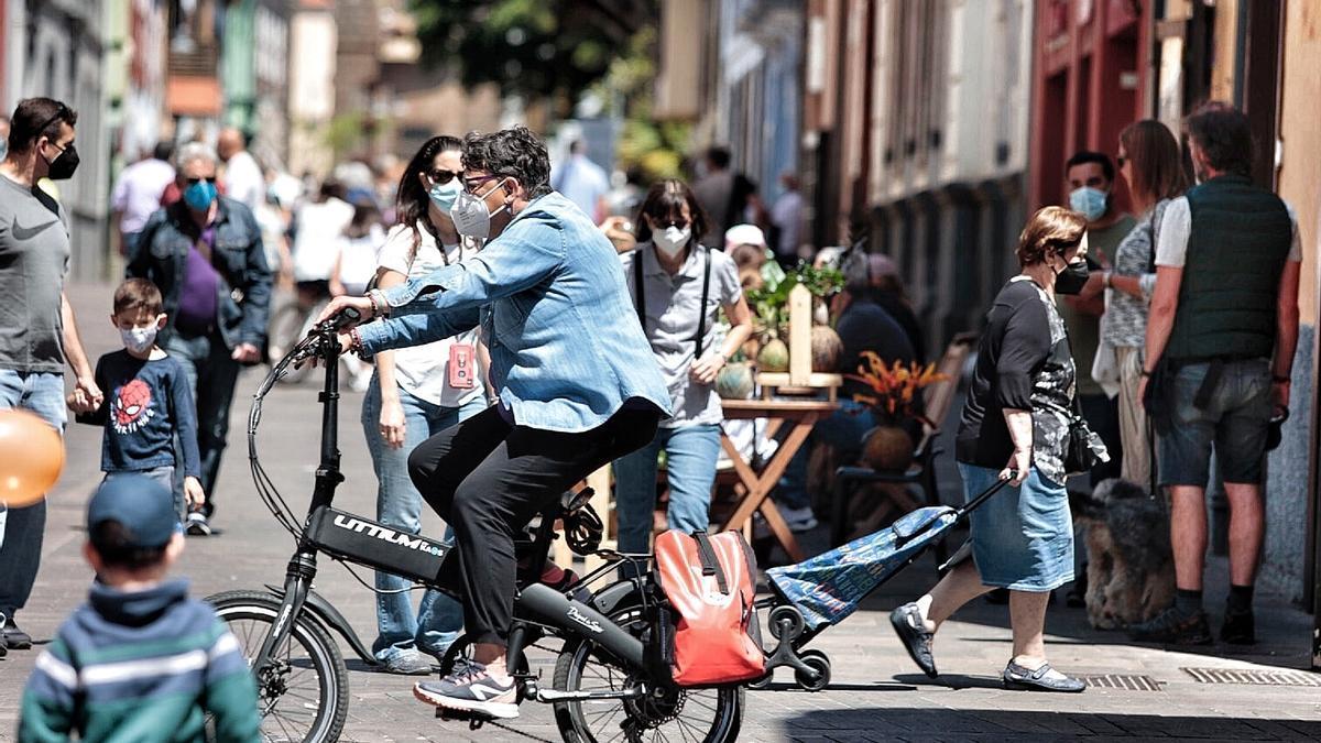 Personas con mascarilla pasean por las calles de La Laguna.
