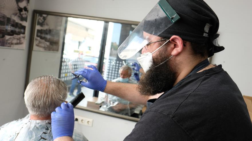 Los peluqueros reclaman la bajada del IVA como medida de incentivo y ayuda contra la pandemia