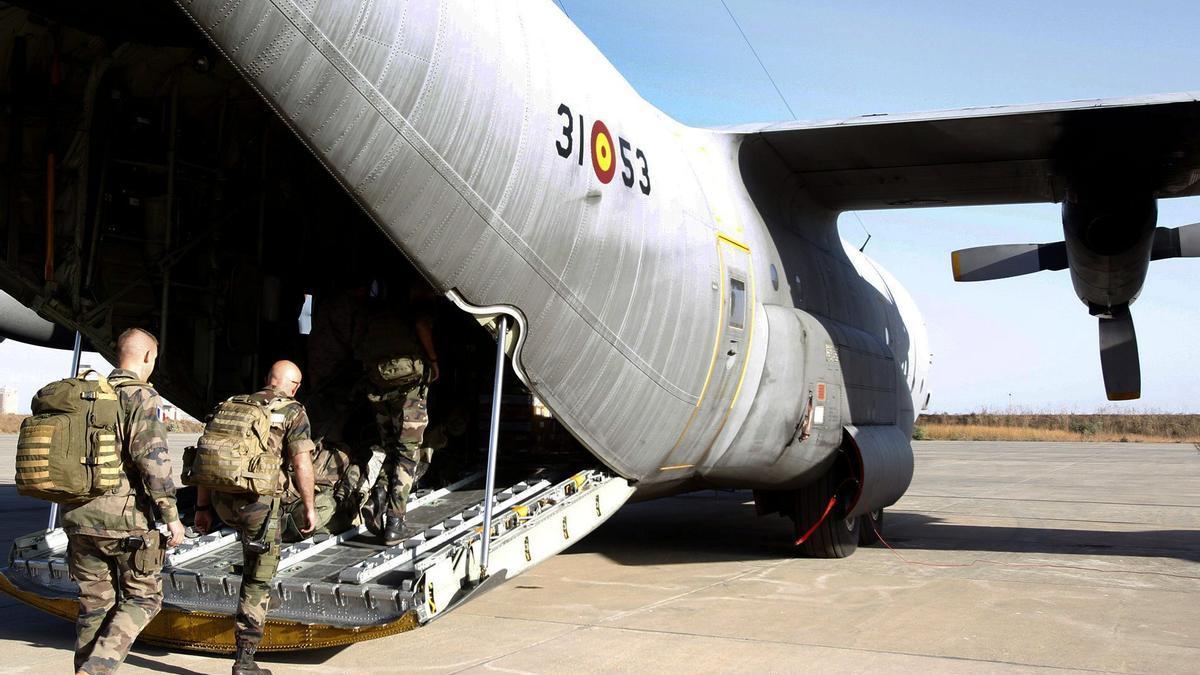 Un hércules español lleva a soldados franceses a Bamako en su primera misión.
