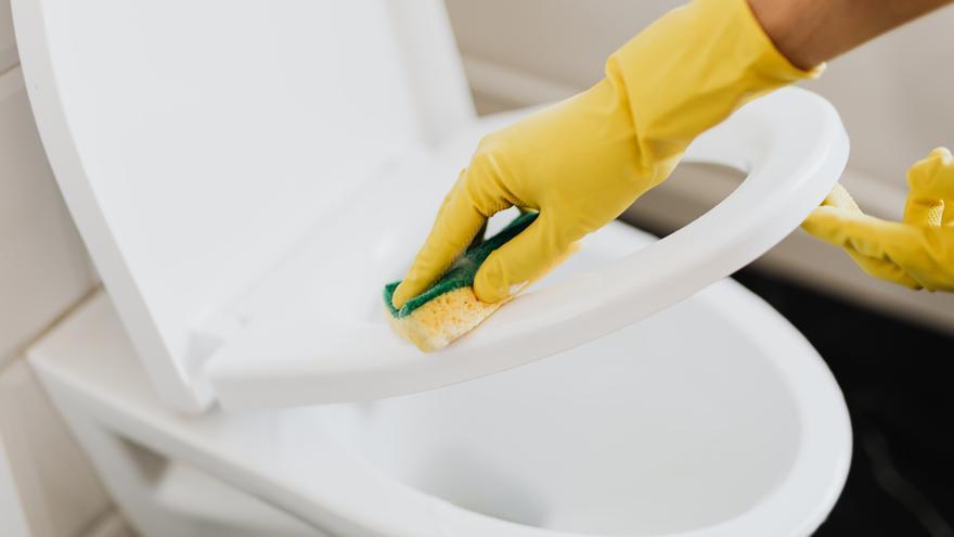 ¿Se te ensucia el inodoro? Estos son los mejores y sencillos trucos para limpiarlo rápidamente