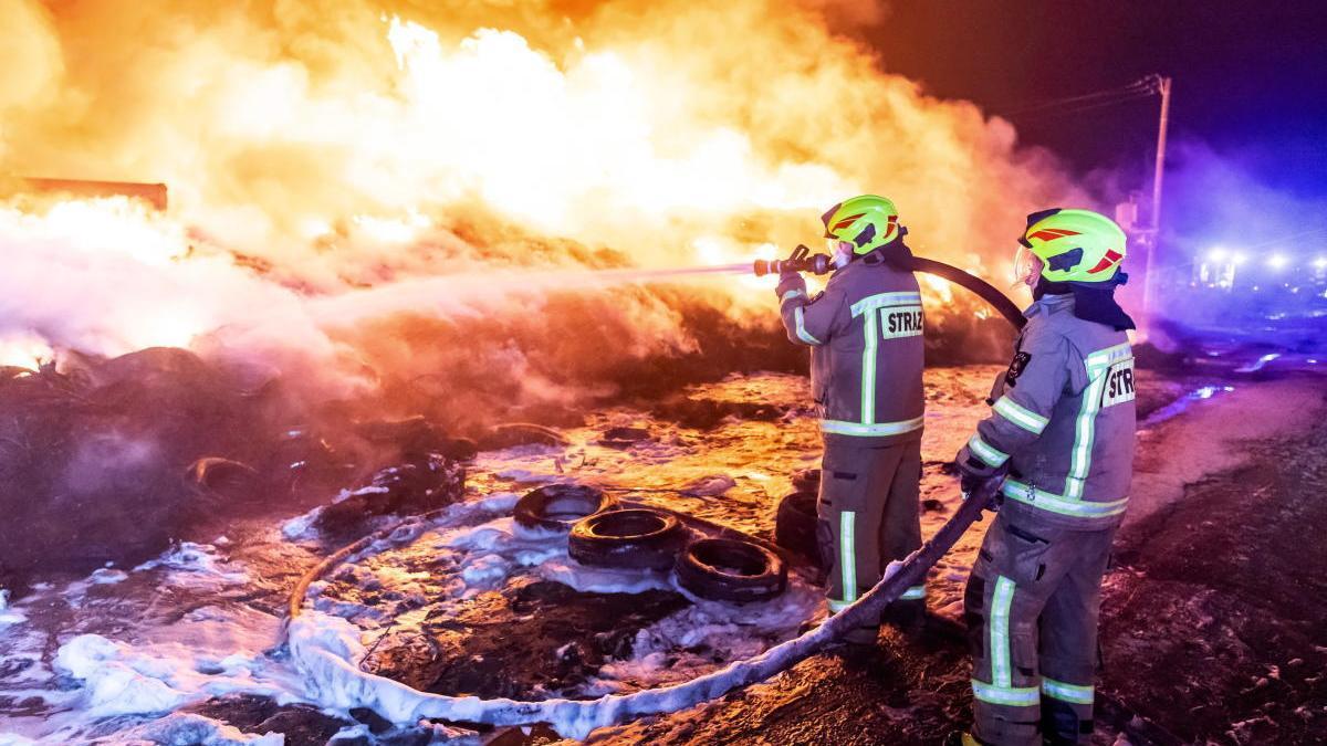 Los bomberos trabajan para sofocar un incendio en Polonia