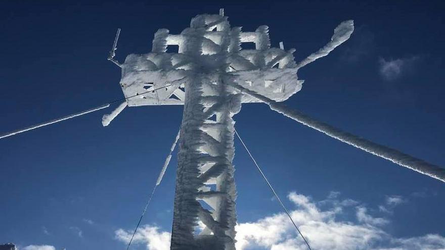 La espectacular imagen de la cruz del Picu Pienzu congelada