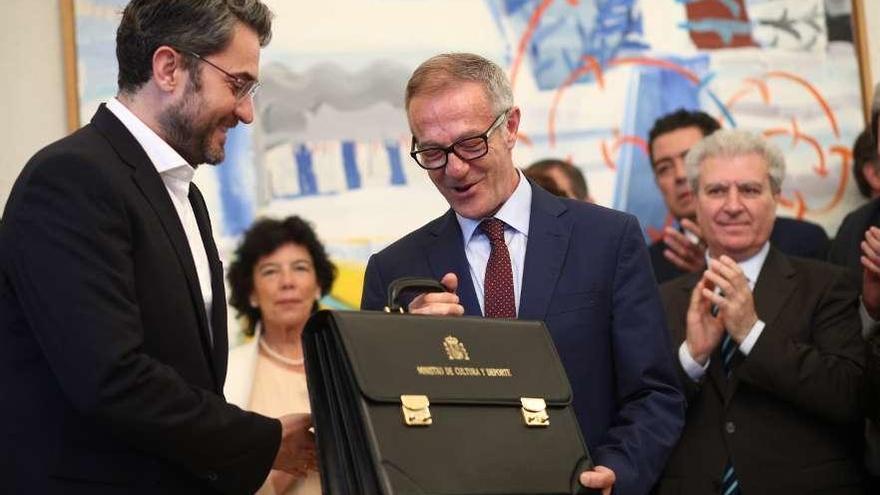 Sánchez encabeza el primer Gobierno sin ministros diputados