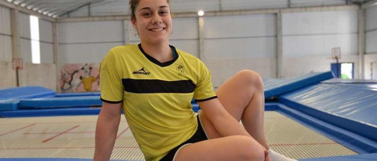 Melania Rodríguez en el gimnasio del colegio A Xunqueira I, donde entrena. // Gustavo Santos