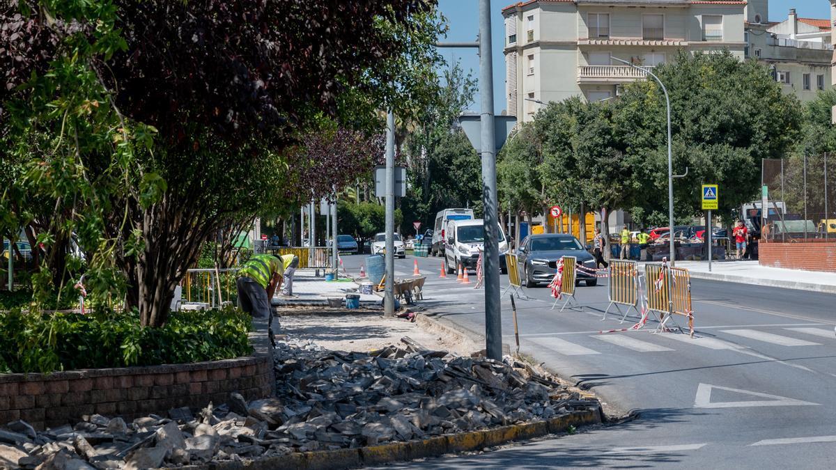Obras de renovación de acerados en la barriada de La Paz, ayer.