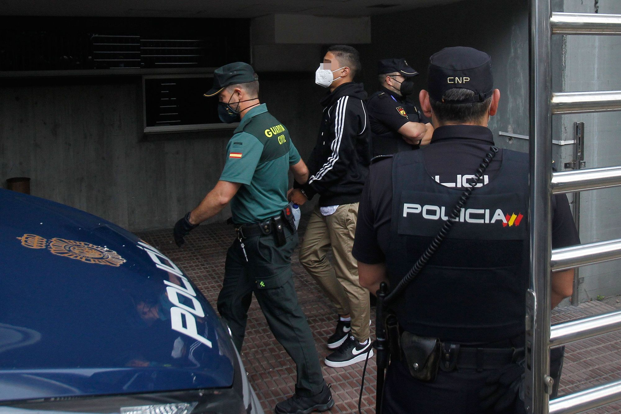 Llegan al juzgado los tres jóvenes en prisión provisional por el crimen de Samuel