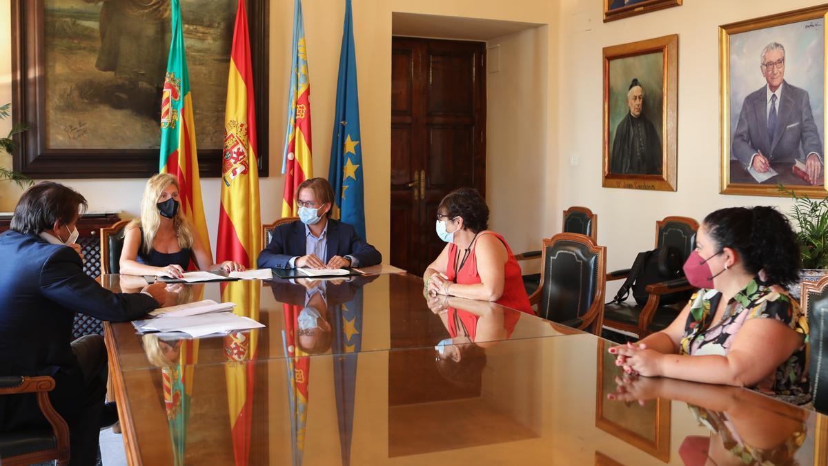 La alcaldesa y la concejala de Vivienda ratifican la adquisición de las primeras seis unidades públicas desde 1984.