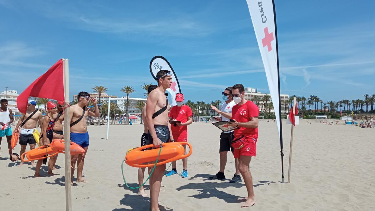 Los aspirantes momentos antes de iniciar la prueba física, en la playa del Arenal de Xàbia