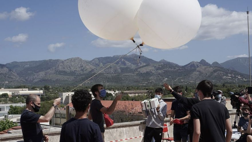 Los estudiantes de Mata de Jonc lanzan una sonda espacial a 10.000 metros de altura