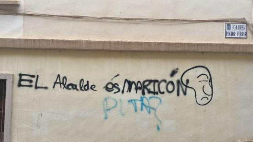 """El alcalde de l'Alcora ante una pintada homófoba: """"¿Ahora te enteras (de que soy maricón)?"""""""