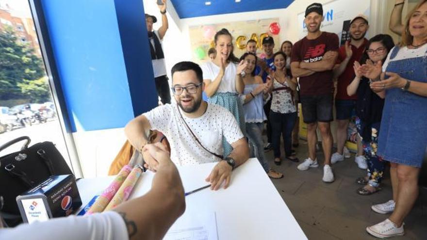 Emotiva sorpresa en una pizzería de Oviedo al firmar un contrato indefinido un joven con síndrome de Down