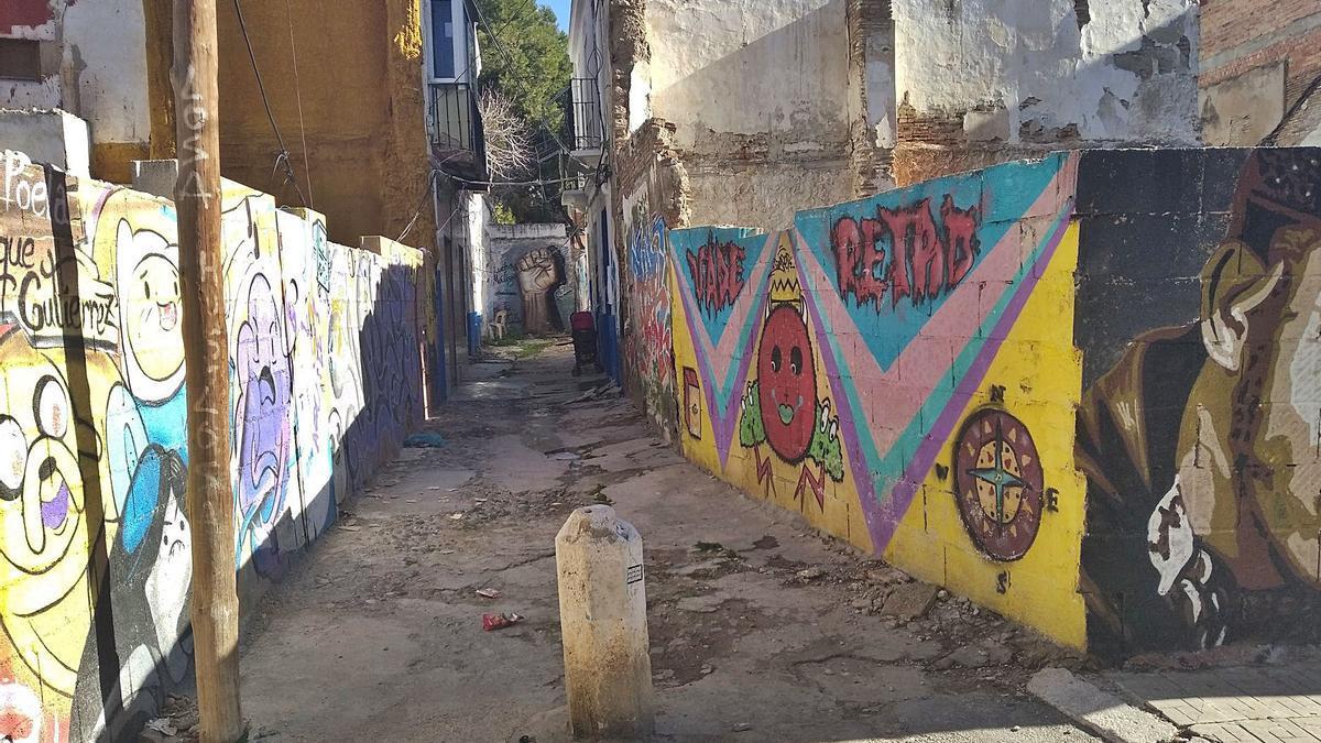 La calle Poeta Luque Gutiérrez, un callejón en declive asomado a Cobertizo del Conde.