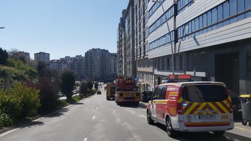 Una herida leve en el incendio de la cocina en una vivienda de la ronda de Outeiro