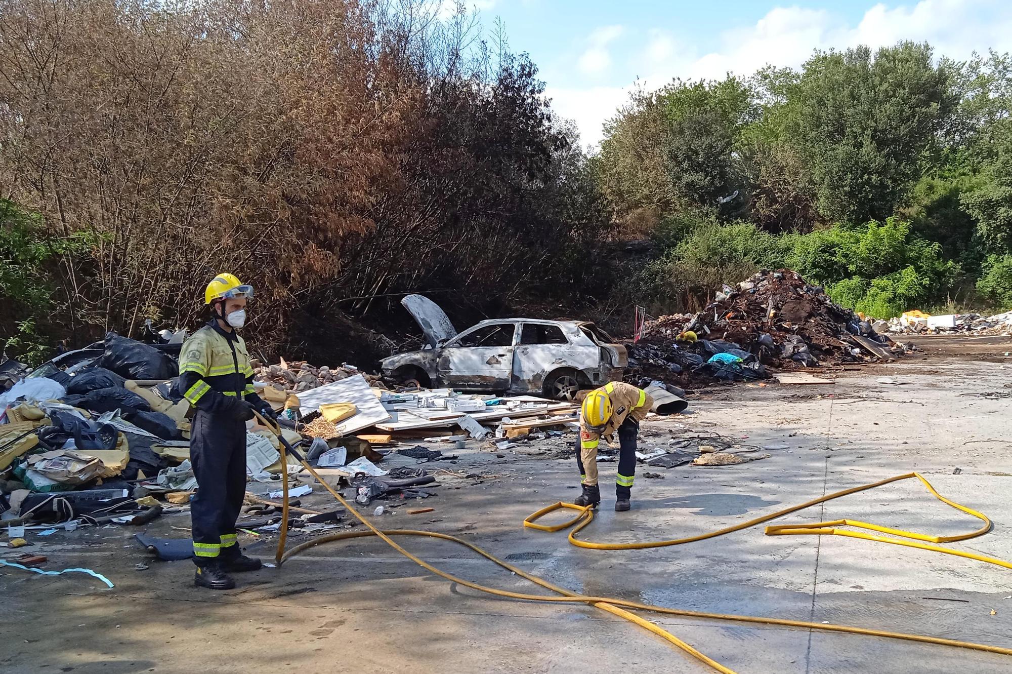 Crema un cotxe i piles de deixalles al barri de la Font de la Pólvora