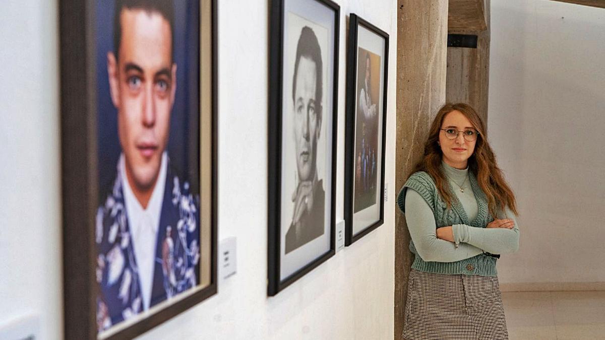 María Buigues posa junto a varias de sus obras.