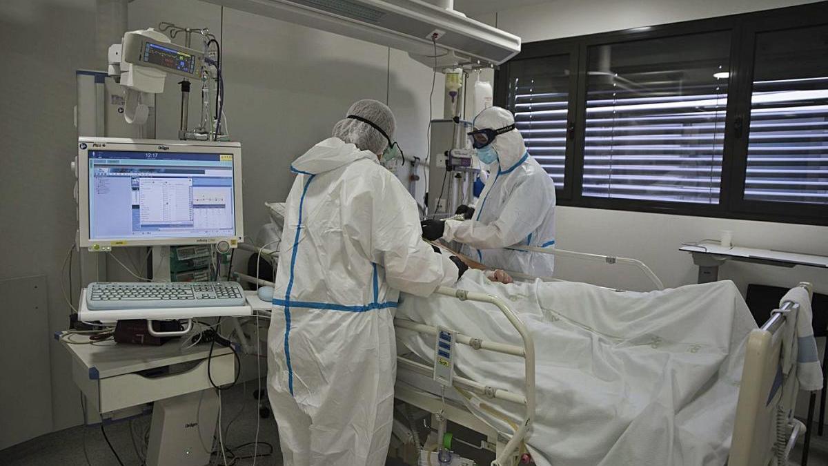 La fotografia capta com un pacient  és atès a  l'Hospital Sant Joan de Déu de Manresa