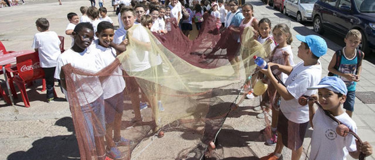 Un grupo de alumnos del Colegio San José de Calasanz durante una demostración del uso del chinchorro, ayer.