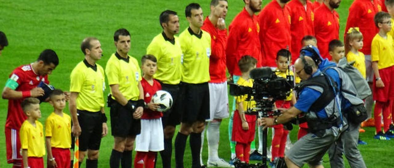 Abigail, el niño teldense que entregó el balón en el partido España-Irán.