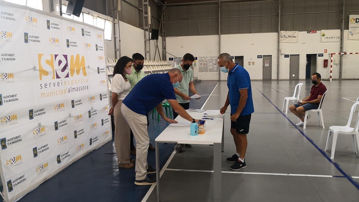 El pabellón de la Garrofera ha acogido esta mañana la firma de los convenios de subvención de la empresa BP con los 30 clubes deportivos.