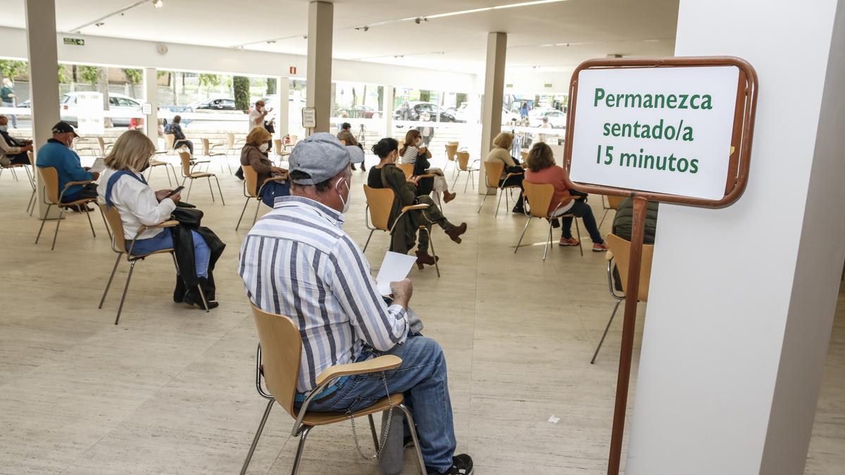 Cacereños vacunados aguardan en la sala de espera del Palacio de Congresos, esta semana.