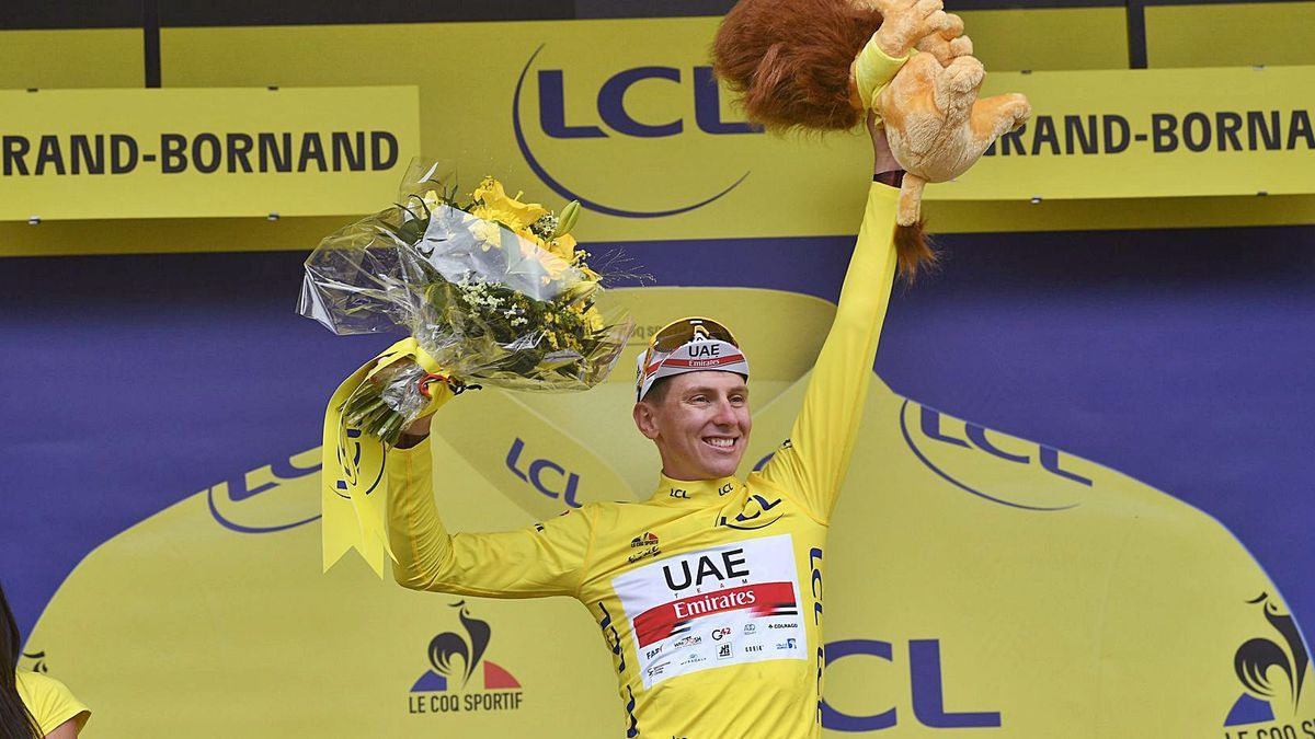 Tadej Pogacar, smiling, in the yellow jersey after yesterday's stage on the podium at Le Grand-Bornand.  |  EP