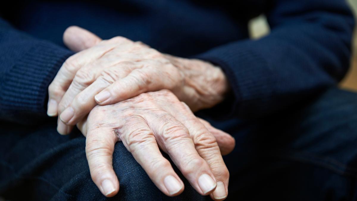 Las manos de un hombre que sufre Parkinson