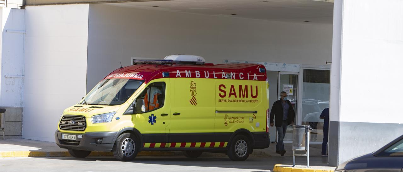 Una ambulancia frente a la puerta de Urgencias del hospital de Alzira.