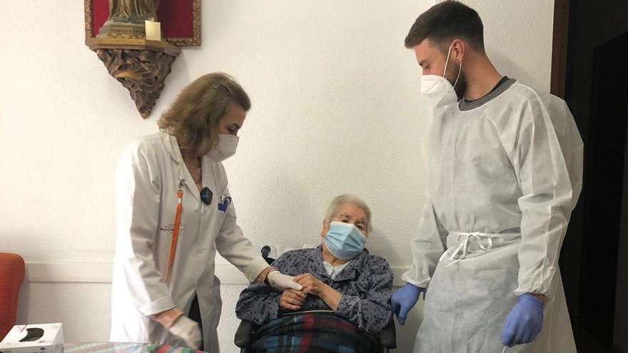 Asunción, de 92 años, vacunada en su domicilio de Murcia.