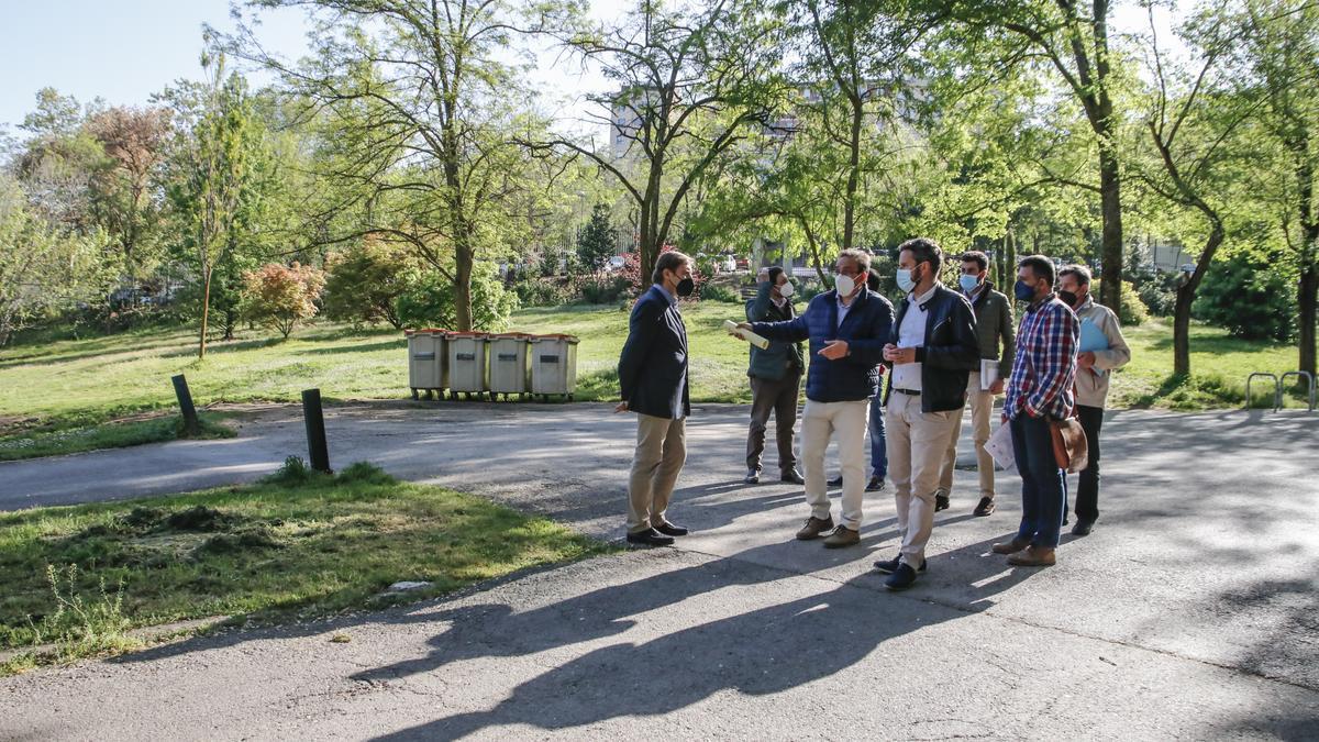 El concejal de Fomento, Andrés Licerán, junto a los responsables de la empresa constructora, ayer en el parque.