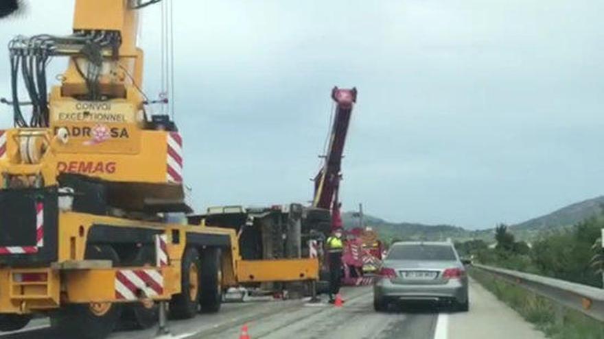 Mor el copilot d'un camió després de bolcar en una sortida de via a Pedret i Marzà
