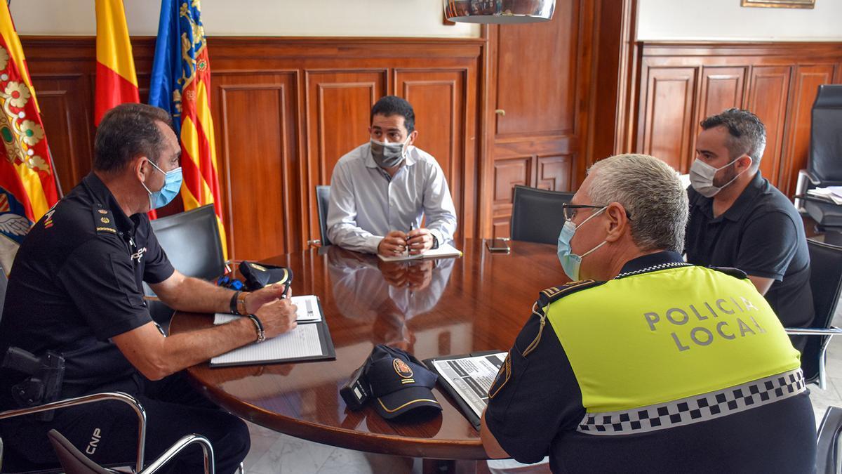 Reunión del alcalde de Alcoy y el concejal de Seguridad con los máximos responsables de la Policía Local y la Policía Nacional en la ciudad.