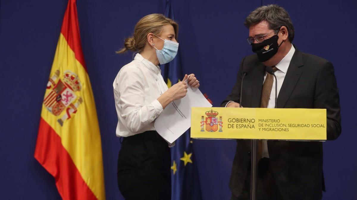 La vicepresidenta tercera y ministra de Trabajo, Yolanda Díaz, junto al ministro de Inclusión y Seguridad Social, José Luís Escrivá.