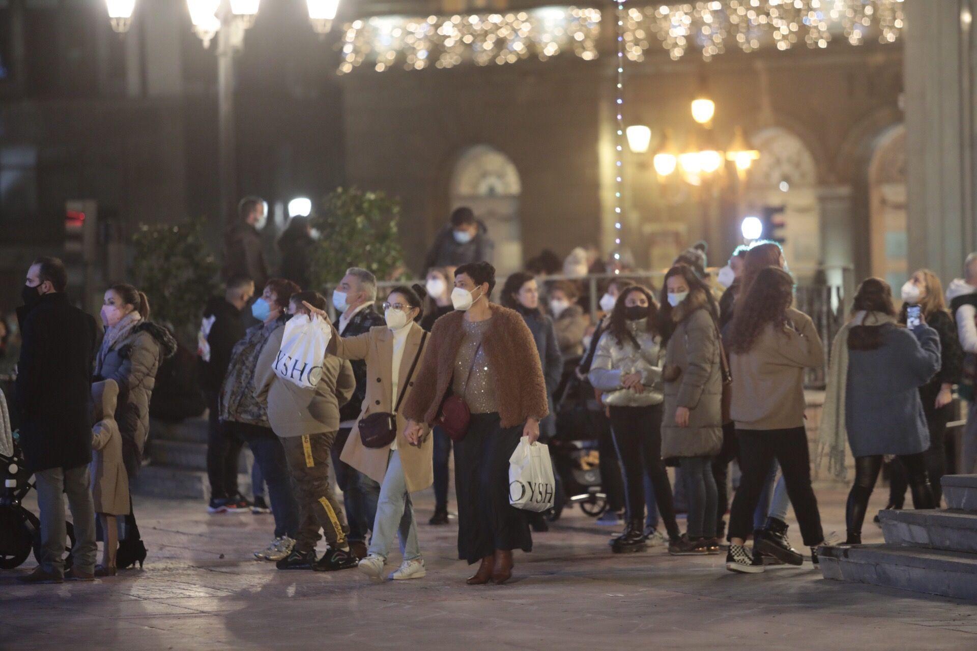 Aglomeraciones en Oviedo para ver la iluminación de las calles y hacer compras navideñas