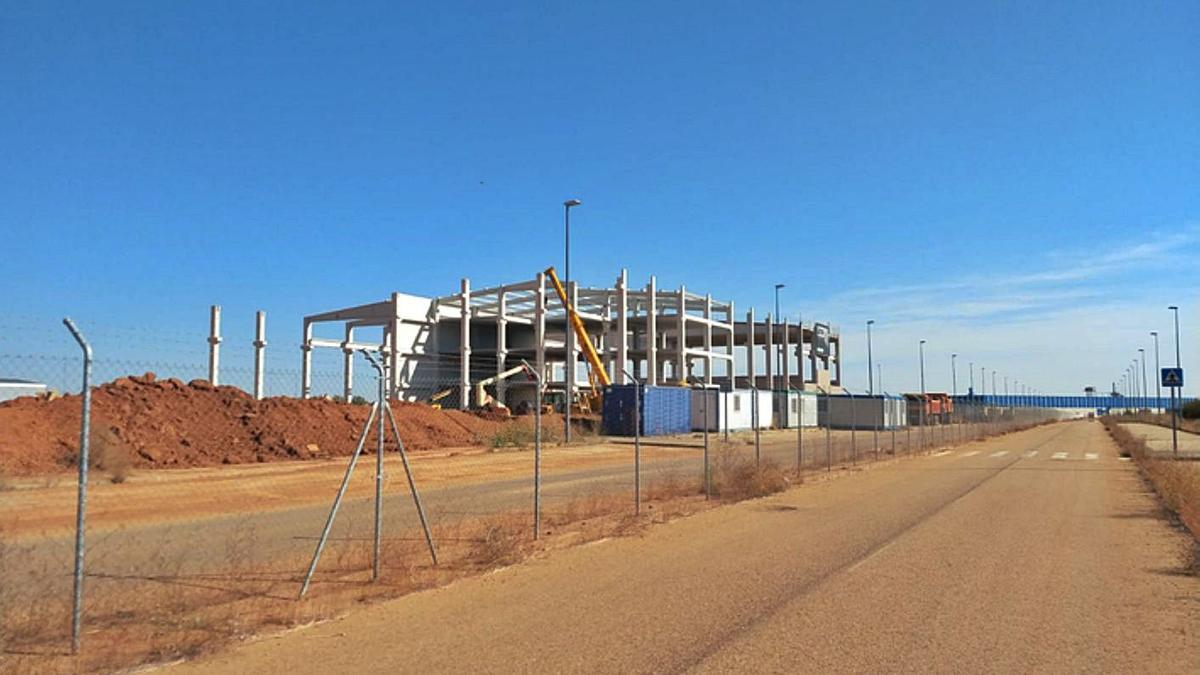 Imagen de la fábrica de Villabrázaro cuando comenzó a montarse la estructura. | E. P.