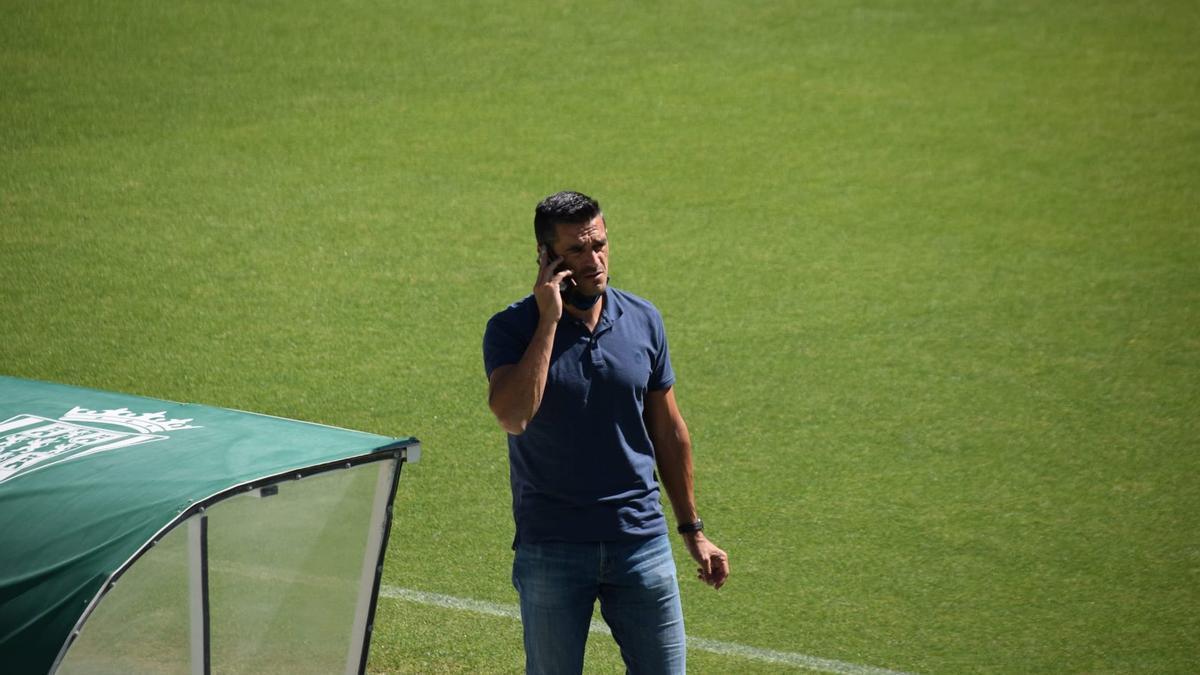 Juanito habla por teléfono durante el entrenamiento del Córdoba CF, este jueves.