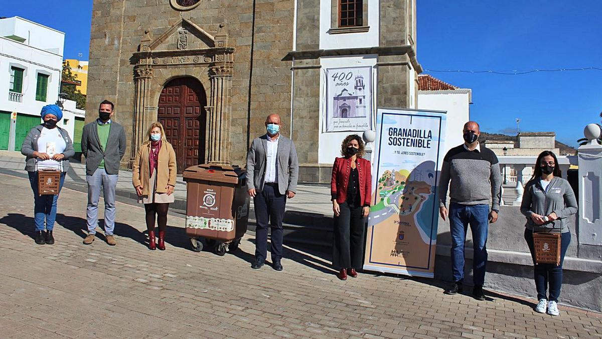 Autoridades y gestores en la presentación de la campaña y los contenedores, ayer.