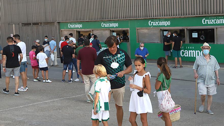 Aficionados asistentes al encuentro Córdoba CF-Cádiz B