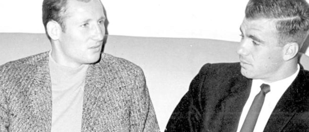 Francisco 'Gallego', a la izquierda, junto a Tonono tras coincidir en el aeropuerto de Barajas.