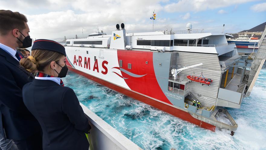 Llegada al puerto de Las Palmas del catamarán 'Volcán de Taidía'