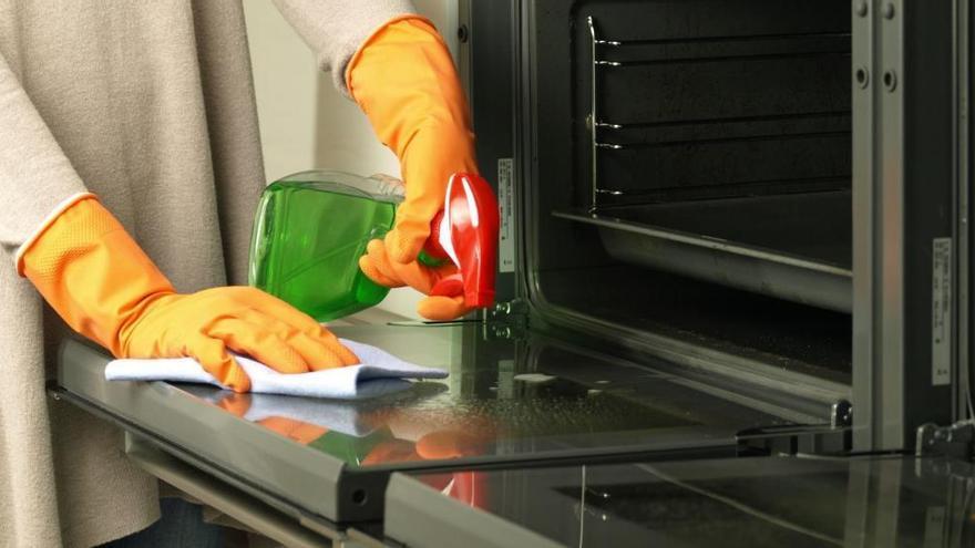 El infalible jabón que limpia en minutos la campana de la cocina y el horno