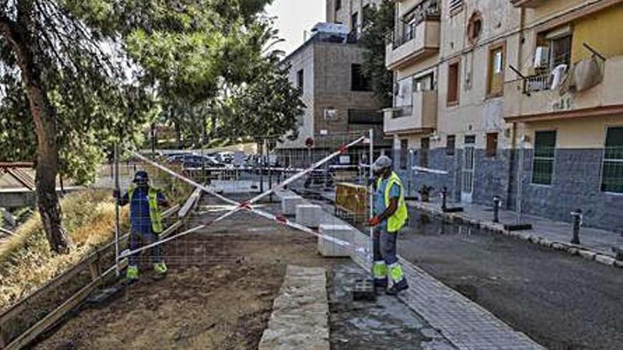 El Ayuntamiento de Elche empieza a reparar el socavón de la ladera que agravó la DANA de 2019