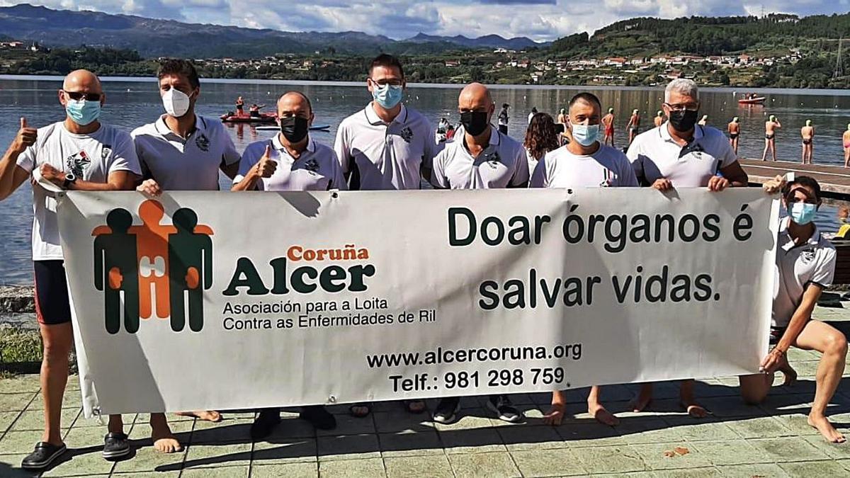 Los integrantes del equipo estradense, con una pancarta en favor de Alcer.