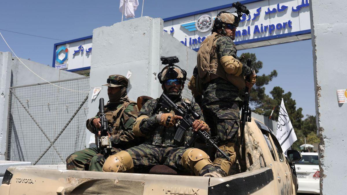 Las fuerzas especiales de los talibanes acceden al aeropuerto internacional de Kabul.