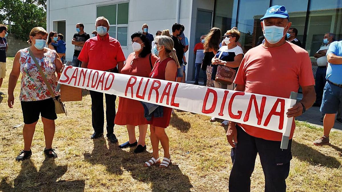 Un instante de la concentración por la sanidad rural a las puertas del centro de salud de Bermillo.   Cedida