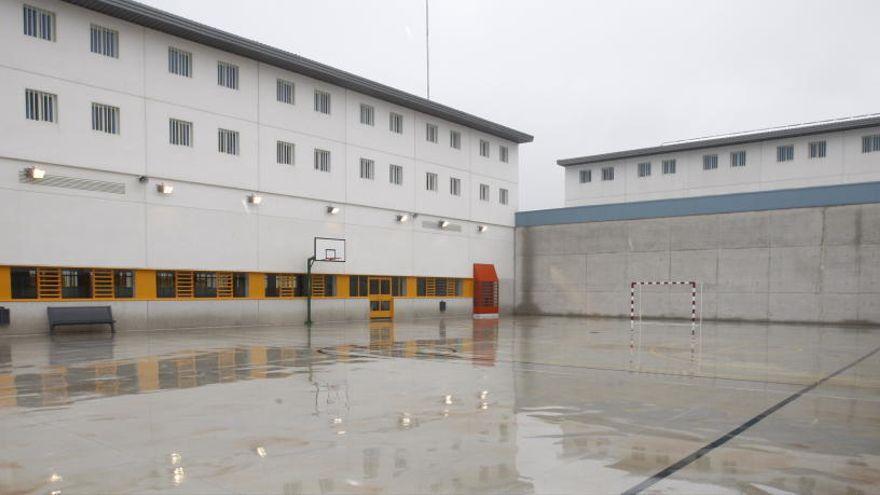 Un preso agrede a dos funcionarios de la cárcel de Campos del Río cuando se procedía a su internamiento