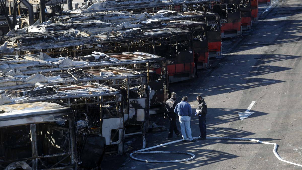 Un incendio en las cocheras de la EMT en San Isidro calcinó dos decenas de autobuses de la compañía municipal
